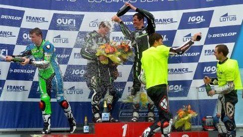 Baptiste peut arroser son coéquipier Antoine, les voilà sur la plus haute marche du podium, à Magny-Cours ! Photo Christophe Masson